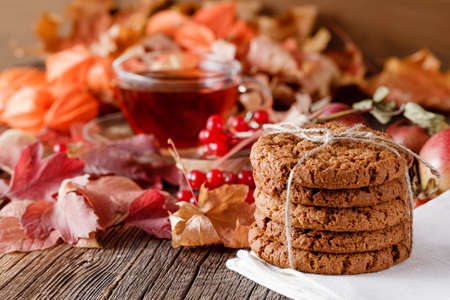 madera r�stica: Fall wealth on rustic wooden background with oat cookies