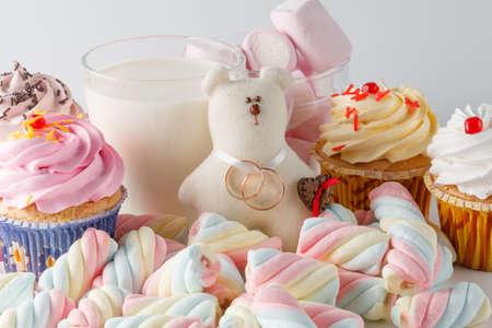 comida chatarra: Decoración de la boda con los dulces, el oso del juguete y los anillos