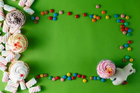 pastel cumpleaños: Marco para que el texto de los dulces. Concepto de tarjeta de felicitación