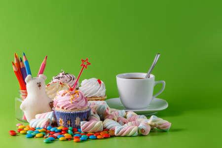 lindo: Fun party sweets invitation card. Cupcake and marshmallow Foto de archivo