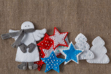 coarse: Christmas ornament. Flat felt figures on coarse woven