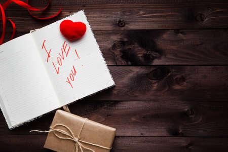 Worte über die Liebe in das Notizbuch geschrieben. Valentinstag-Konzept