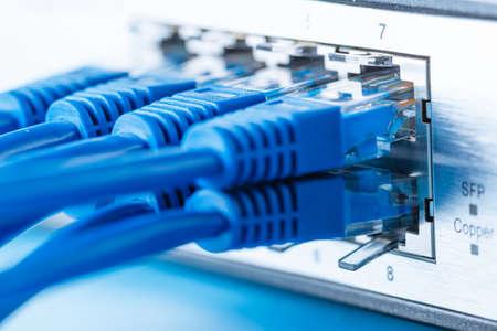 Conmutador de red y los cables de Ethernet, red doméstica pequeña Foto de archivo - 50958729