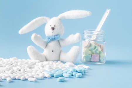 bebe enfermo: montón de pastillas y juguete. antecedentes médicos Foto de archivo