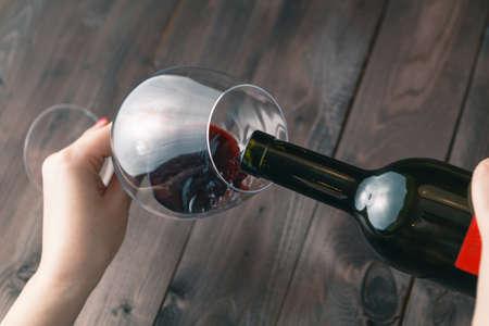 copa de vino: Mujer alcoh�lica est� vertiendo el vino en un vaso Foto de archivo