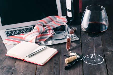 copa de vino: Relajarse por la noche con el ordenador port�til y el vidrio de vino tinto