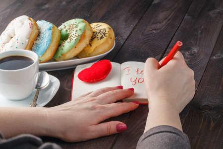 desayuno romantico: Romantic breakfast. Donuts with coffee and message i love you