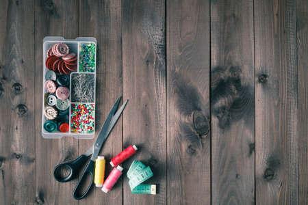 coser: Costura de accesorios de mesa de madera, vista desde arriba