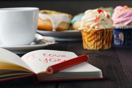 you black: Concepto del desayuno. Donuts y amor mensaje en el cuaderno