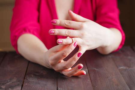 marido y mujer: mujer est� tomando el anillo de boda