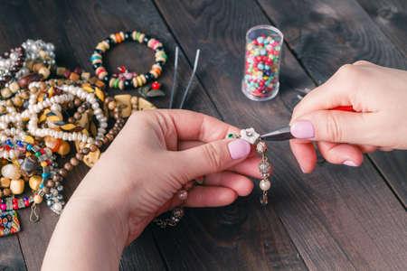 Freizeit Abend Herstellung Perlen. Frau Freizeit zu Hause aus arbeiten