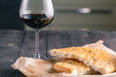 santa cena: el pan y el vino en la mesa de madera r�stica Foto de archivo