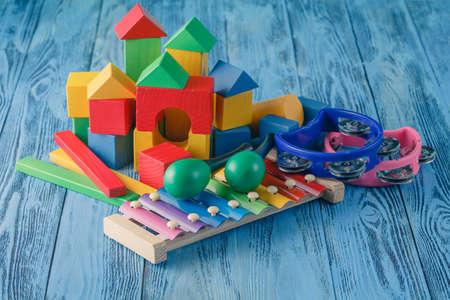Juguete creativo Kid. Instrumentos musicales en el fondo de madera azul Foto de archivo - 56447231