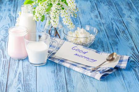 yogurt natural: botella de yogur y leche sola delicioso, nutritivo y fresco, con buen mensaje de la ma�ana Foto de archivo