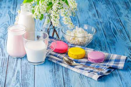 yogurt natural: Delicioso, nutritivo y fresco yogur natural y una botella de leche.