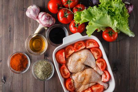 thighs: muslos de pollo marinado en especias sobre una bandeja para hornear