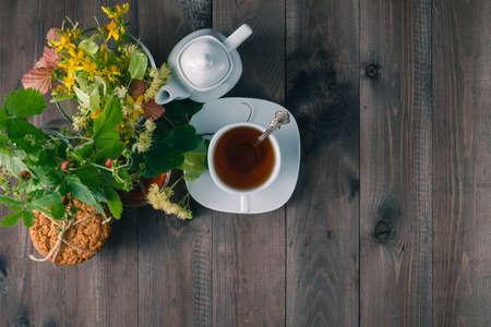 tilo: linden flowers, herbal medicine, Cup of healthy linden tea with honey. Foto de archivo