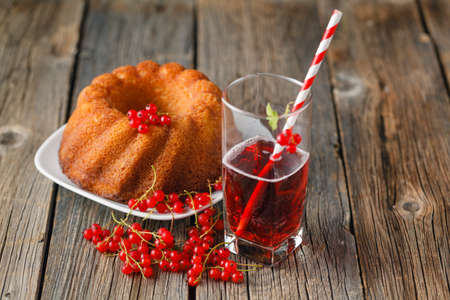 currants: berry cake with fresh  currants