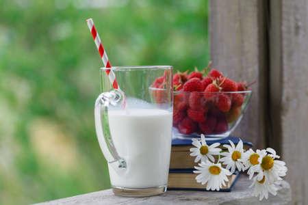 latte fresco: latte fresco sul tavolo in legno con frutti di bosco