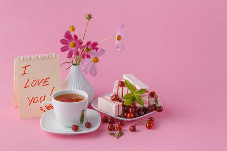 desayuno romantico: romantic breakfast for his girlfriend with cherry fruit candy Foto de archivo