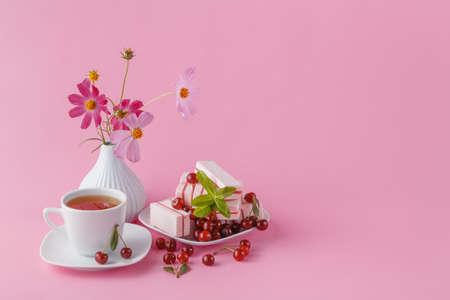 desayuno romantico: desayuno rom�ntico para su novia con el caramelo de fruta de la cereza