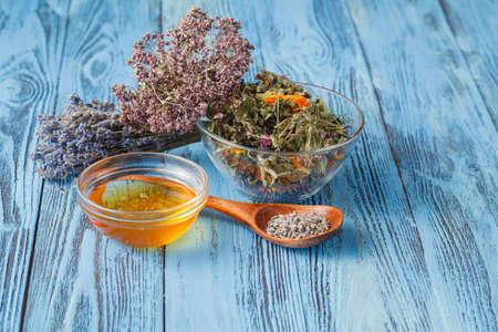 Té de hierbas con diferentes ingredientes, té de montaña Foto de archivo - 63198972