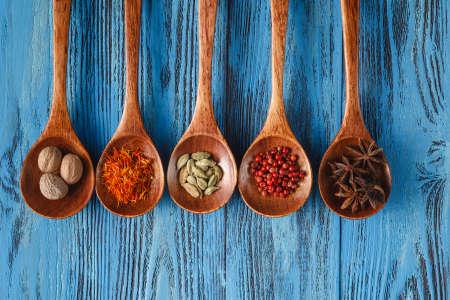kulinarne: Kulinarny tło z przyprawami na drewnianym stole Zdjęcie Seryjne