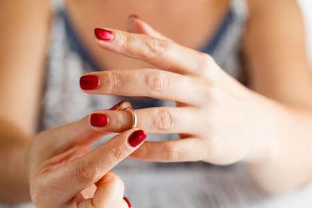 La mujer está tomando el anillo de la mano Foto de archivo - 63204108