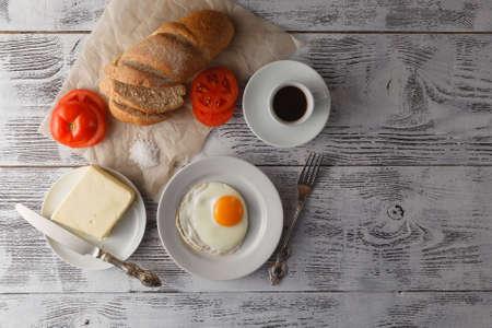 huevos estrellados: plato de huevos fritos con pan Foto de archivo