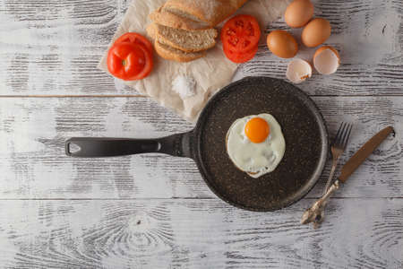 huevos estrellados: Huevos fritos en la mesa de madera