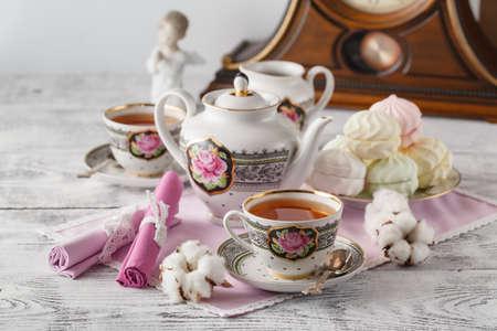Taza de té y malvavisco con tetera sobre fondo blanco Foto de archivo - 68898642