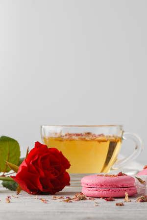 desayuno romantico: Romantic breakfast with cup of tea and macaroons