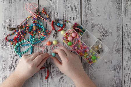 Diseñando y haciendo collares con piedras de colores Foto de archivo - 73956753