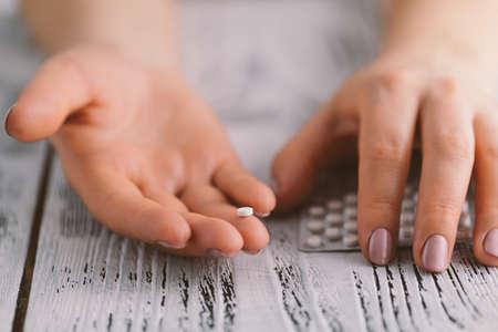 Píldoras anticonceptivas en manos femeninas listos para comer Foto de archivo - 74741148