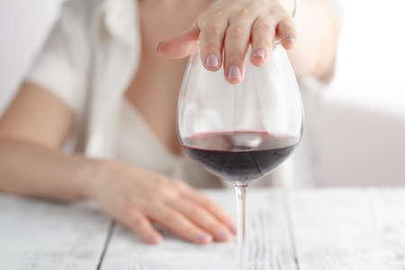Mujer se negó una copa de vino Foto de archivo - 74743431