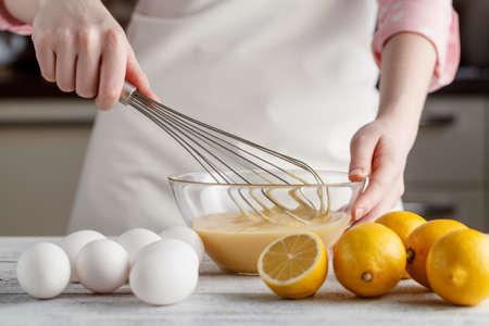 Joven, mujer, cocina, cocina Foto de archivo - 75900790