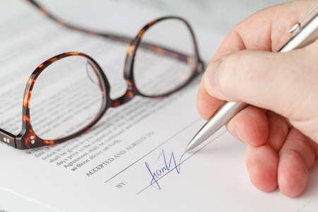 Close-up van het ondertekenen van een contract Stockfoto