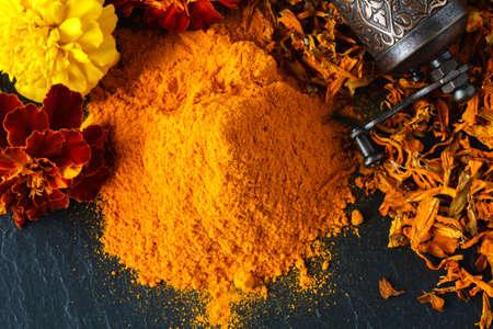 향신료의 다채로운 힙입니다. 조미료와 향기로운 풍경입니다. 파프리카, 심황, imbir, 육두구 스톡 콘텐츠