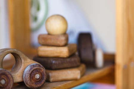 木製のテーブルの木のおもちゃ。木材から作られたカラフルなおもちゃ 写真素材