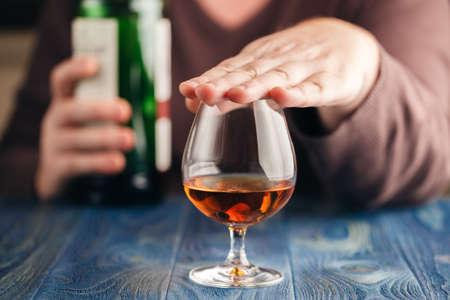 problem alkoholizmu, człowiek przestaje więcej pić