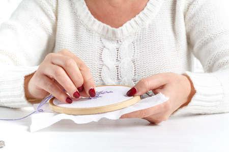punto de cruz: mujer bordando la lavanda cruzada Foto de archivo