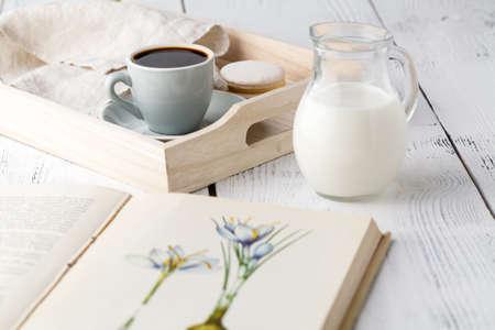 buen vivir: Interior del hogar con taza de café Libros sobre bandeja de madera del vector
