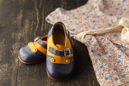 Vestido y zapatos de niña de las flores Foto de archivo - 88572504
