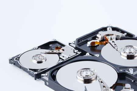 Sluit omhoog mening van open gebroken computerharde schijf voor reparatie