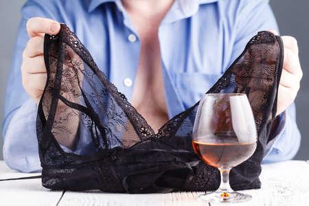 Mann trinkt mit Prostituierte oder Stripper