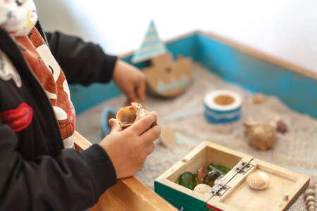 Terapia piaskiem. Dziecko jest zbudowane w świecie piaskownicy
