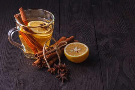 Bebida caliente de invierno vino caliente con canela y limón. Foto de archivo