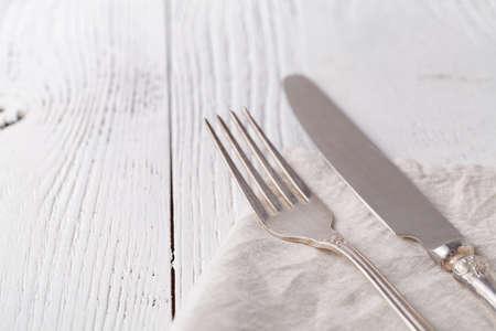 Knife, fork with linen serviette on the white 版權商用圖片 - 113362537