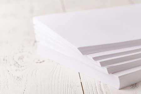 Papel de impresora A4 en la mesa