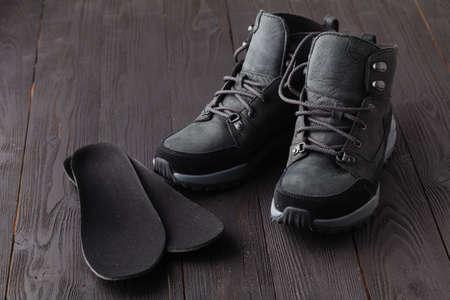 Calzado calentito y plantillas ortopédicas. Fondo de invierno, calzado